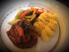 IS  ANYONE  HUNGRY ?  HERE  COMES  A  TASTY  MEAL... mixed  veggies, some  noodles  and  a  Beafsteak !  Enjoy ;-))