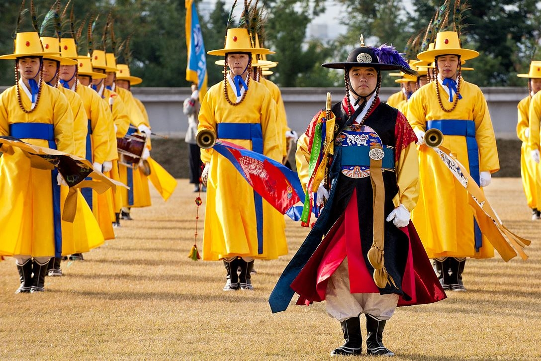 A South Korean honor guard stands at attention before conducting a pass-in-review ceremony in Seoul, South Korea, Oct. 27, 2011.